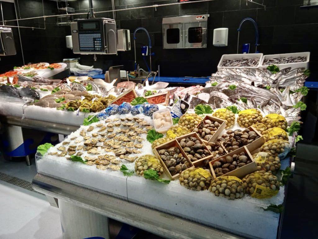 Suquets i guisats de peix Els peixos grossos, dits també de ració –orada, llobarro, llissa, sarg, nero, lluç, rap...– solen correspondre al peix blanc o de roca.