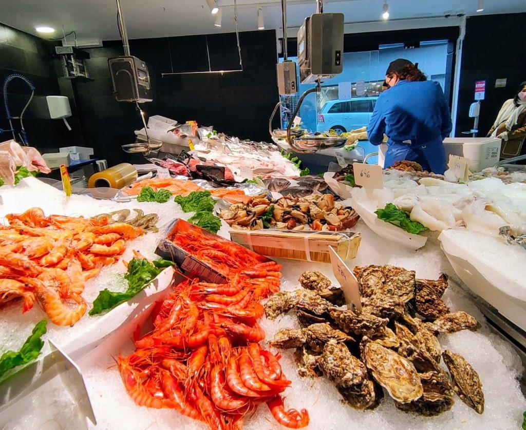 Benvinguts a Peixateries Gourmet Andorra, el peix i el marisc fresc de la llotja a la seva taula. En la nostra feina prima la qualitat dels productes i la professionalitat de les persones que hi treballem. Peixateries Gourmet Andorra us ofereix una gran varietat de Peix i Marisc fresc de gran qualitat cada dia. Tel.+376808003 T'assessorem i T'ajudem en tot el que necessitis i si ho prefereixes et portem el peix a casa teva. T.808003. Estem davant de la CASS al Carrer Sant Esteve, 2 – AD500 Andorra la Vella A Peixateries Gourmet Andorra et portem el millor peix i marisc de les llotges catalanes i dels ports amb més tradició de la costa mediterrània. La nostra feina es basa a escollir amb cura el peix i marisc de la millor qualitat i transportar-lo a Andorra amb totes les garanties de conservació perquè puguis triar les millors peces de peix acabades de treure del mar. Tampoc hem d'oblidar els nostres vivers de llagostes, llamàntols o bous de mar a la vista de tothom. Venda de peix i marisc fresc de proximitat de les llotges de Catalunya d'ací a poc temps farem: Servei a domicili a tot Andorra. Li portem el millor Peix a casa, tallat, net i llest per cuinar. Preparem el peix tal com els clients ens ho demanin, i el servim en safates o envasat, per si es vol congelar. Net, sense escates, a rodanxes, filetejat, sencer, com vulguin. Sempre llest per a cuinar. Només ens han de trucar o enviar un WhatsApp. LLOBARRO | LLUÇ | RAP | MOLLET | TONYINA | SALMÓ | ORADA | MUSSINA | SARDINA | TURBOT | LLUERNA | ESCÓRPORA | SEITÓ | BACALLÀ | BONÍTOL | BRUIXA | CORVINA | GALL | LLENGUADO | MAIRA | MELVA | MERO | SORELL | RAJADA | SARD | PEIX ESPASA | POP | SÍPIA | CALAMAR. GAMBA DE PALAMÓS | NÈCORA | LLAGOSTÍ | TALLARINES | VIEIRA | LLUENTA | MUSCLO | CLOÏSSA | CENTOLLO | LLAGOSTA | LLAMÀNTOL | PERCEBE | ORTIGA DE MAR | CRANC | CANYAILLA | GAMBOT | CARGOLINS | NAVALLES | ESCAMARLANS | ESPARDENYA | ESCOPINYA | GAMBA BLANCA | BOU DE MAR | OSTRA...