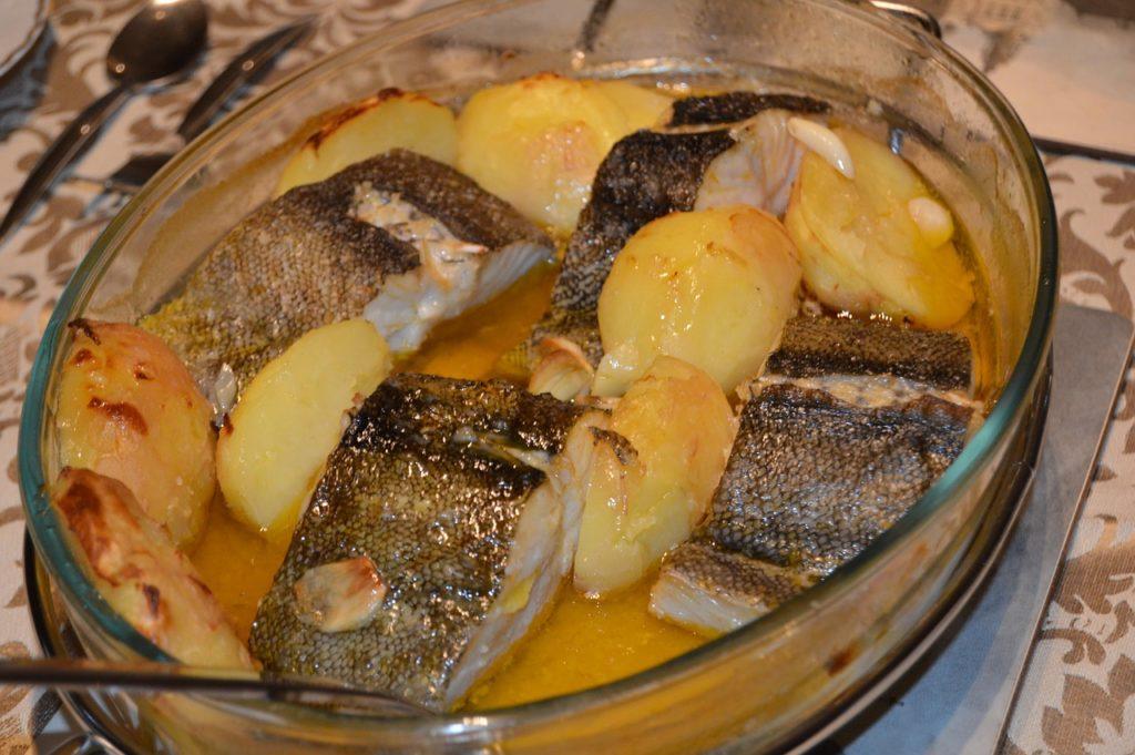 ¿Com cuinar el bacallà skrei? - Abans de cuinar el skrei has de treure'l de la nevera 30 minuts abans. Pots cuinar-lo amb pell o sense.