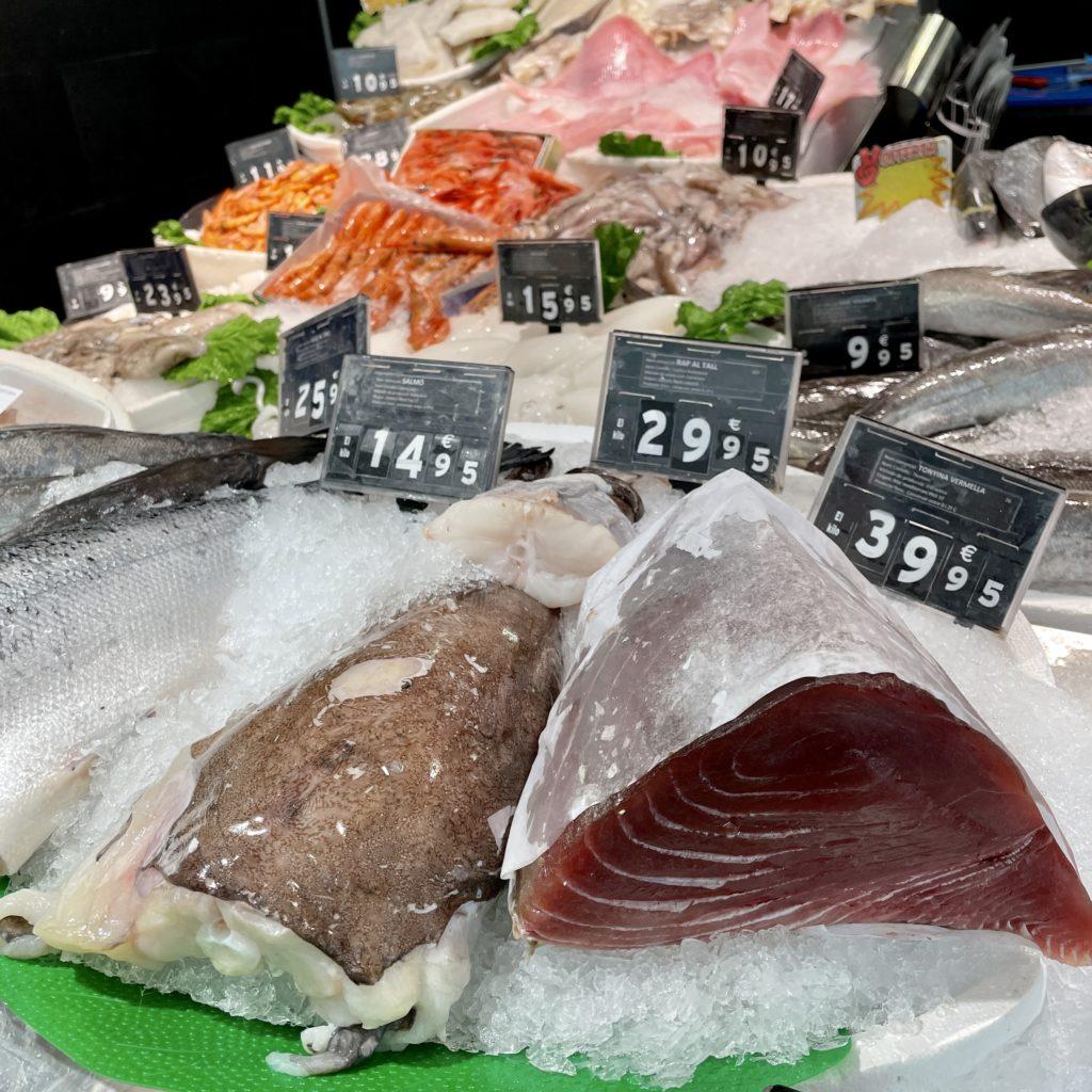 Tenim l'aladroc, la sardina, el verat o cavalla, la boga, el sorell, l'alatxa, l'escrita o rajada, la mussola… Així com gat, rap, llop o llobarro, capellà, tonyina, bonítol, melva, bacora, cèrvia, palomida, lliri, llissa, nero o anfós, peix petit, lluç, congre, corball, esparrall, rèmol empetxinat,