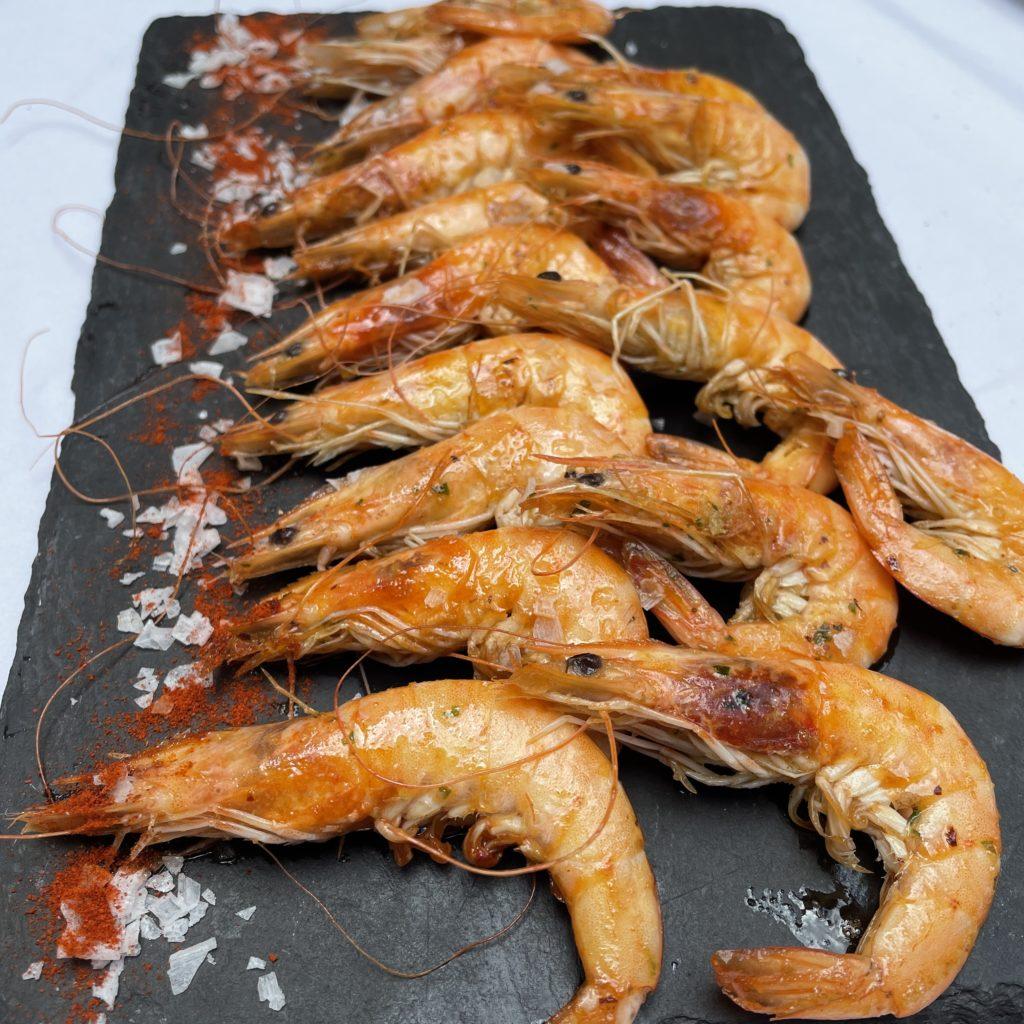 Alguns plats de peix i marisc fets a l'Arrosseria com a tapes, Cloïsses gallegues, Gambes Llagostineres saltades amb alls tendres i Llagostins a la planxa.