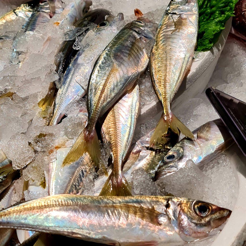 Què mengem per Sant Joan?  Els sabors del mar i la muntanya i els de temporada se citen a la nit més curts de l'any. Peix, carn, ous i fruita d'estiu passen pels plats dels convidats. És l'època del marisc, especialment dels musclos del Delta de l'Ebre, del peix blau com el verat, les sardines, el bonítol, la tonyina… Per l'aperitiu seitons o sardines i com a plat principal el sorell, el lluç, la palometa, el peix espasa o uns bons llagostins, llamàntol, escamarlans o sípies. Tots aquests aliments són de temporada, perquè recorda que el mar (i el riu) també segueix el seu curs!