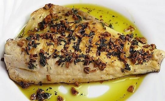 Hoy vamos a cocinar una receta de dorada a la plancha que se puede acompañar con unas patatas fritas u otra guarnición. Este pescado blanco es más que saludable y contiene muy pocas grasas, todas ellas beneficiosas.