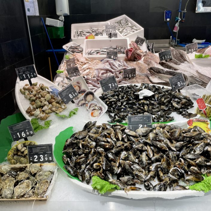 Sabem l'important que és per a tu, per això a Peixateries Gourmet Andorra ens esforcem per oferir-te el millor peix i marisc fresc, directe de la llotja a la teva taula.